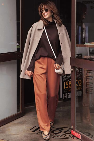 ブラウンのジャケットコート×キャメルオレンジのワイドパンツ