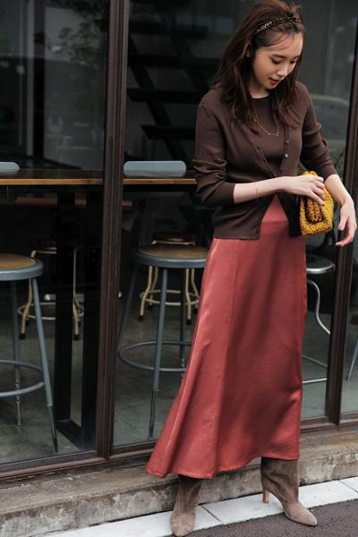 茶色ブーツ×赤フレアスカート×ブラウンニット