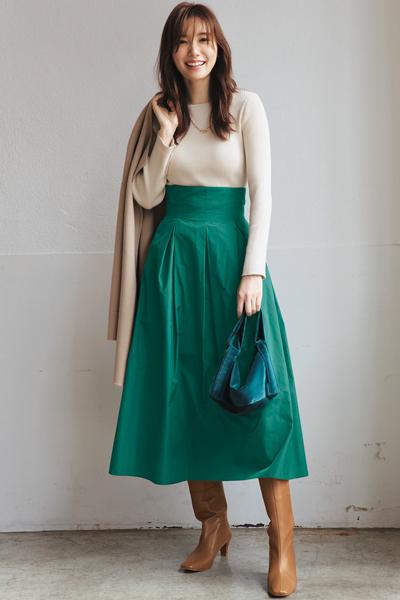茶色ブーツ×グリーンフレアスカート×白ニット