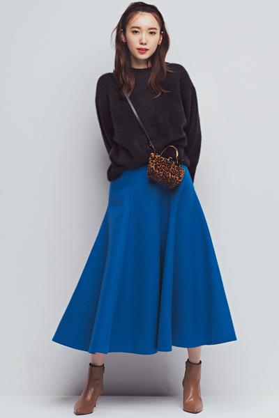 茶色ブーツ×ブルーフレアスカート×黒ニット