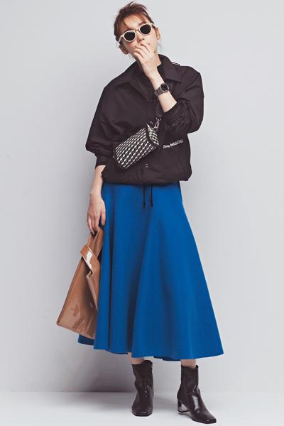 黒シャツブルゾン×青フレアスカート