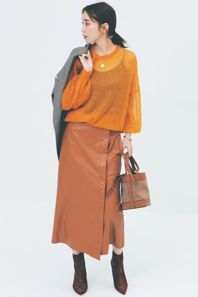 茶色ブーツ×キャメルタイトスカート×オレンジニット