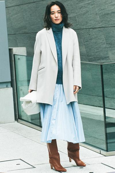 茶色ブーツ×水色プリーツスカート×グレーニット