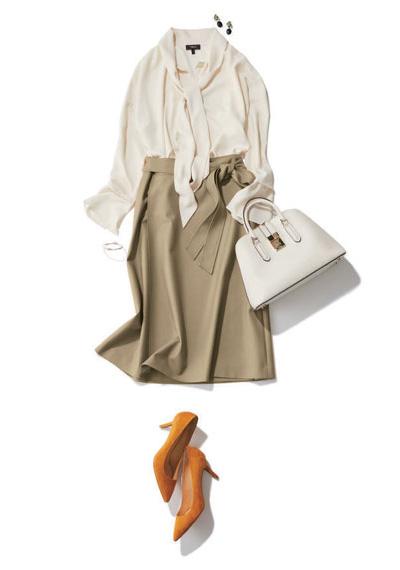 茶色ポインテッドトゥパンプス×ベージュスカート