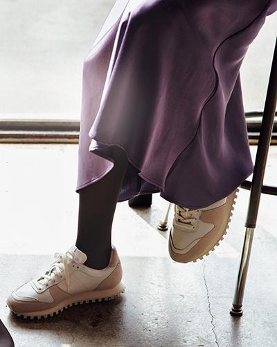 グレータイツ×ラベンダー色の光沢スカート
