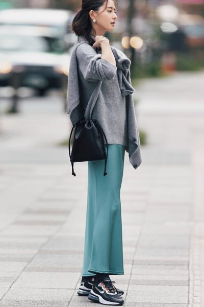 【12/9のコーデ】ワンマイルカジュアルでも華やげる、光沢スカートが気分!
