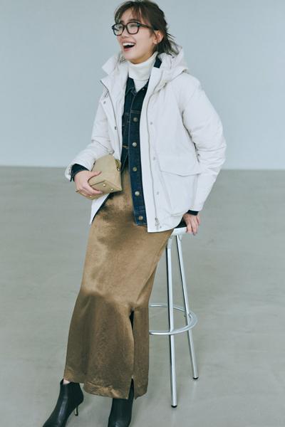 白ダウンジャケット×ツヤタイトスカート×デニムシャツ