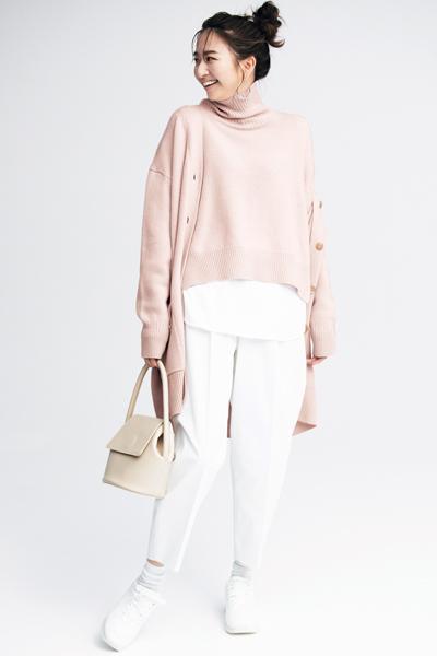 ピンクニット+白パンツ