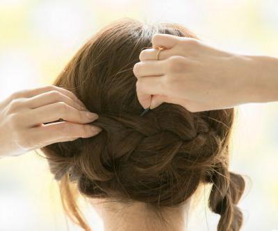 三つ編みふたつのまとめ髪