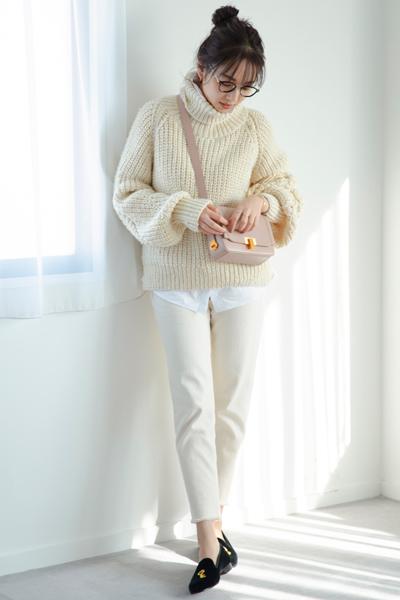 白セーター×白シャツ×白スティックパンツ