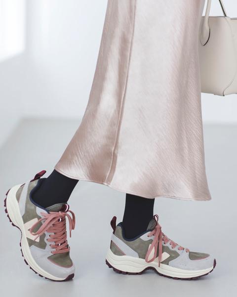 グレータイツ×ピンクナローフレアスカート