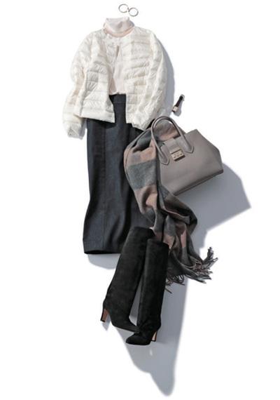 白タートルネックニット×白インナーダウン×黒デニムスカート