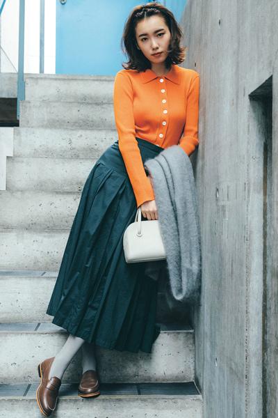 オレンジのリブニット×ネイビーフレアスカート