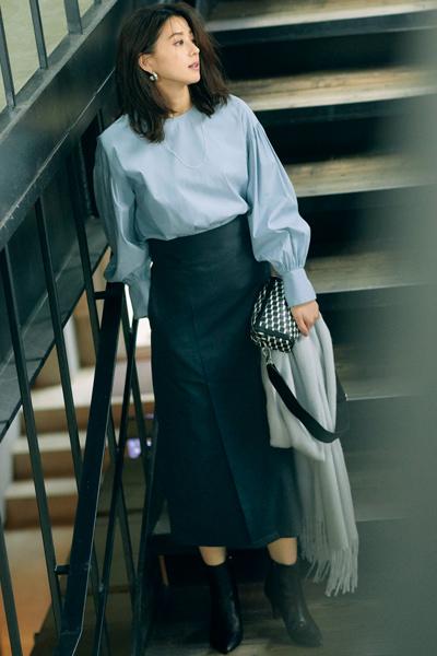 水色フォルム袖ブラウス×黒スカート