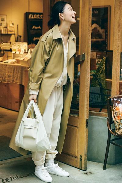 【2/27のコーデ】オールホワイトの着こなしはトレンチコートが好相性・好バランス!