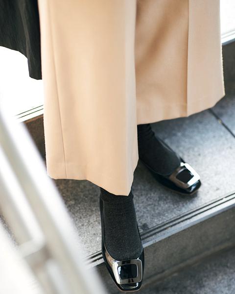 黒パンプス×グレー靴下×ニット×ベージュパンツ×コート