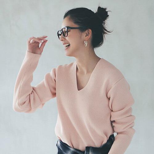 黒縁眼鏡×高めおだんごヘア