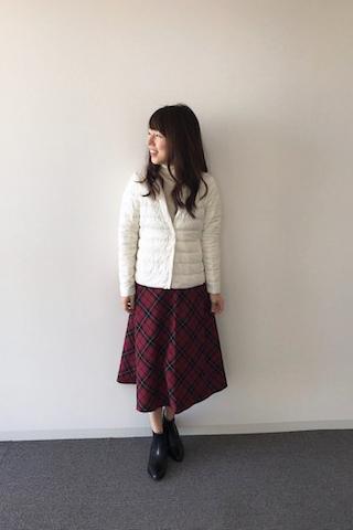 白ダウンジャケット×チェック柄スカート