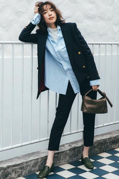 黒スキニーパンツ×水色ストライプシャツ×黒ジャケット