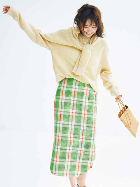 ベージュニットアンサンブル×グリーンのチェック柄タイトスカート