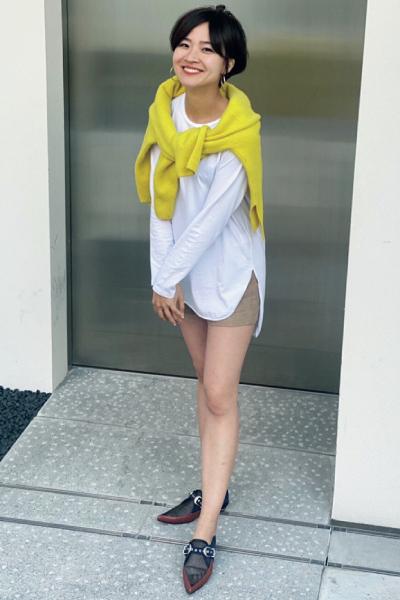 白のロングスリーブTシャツ×ショートパンツ
