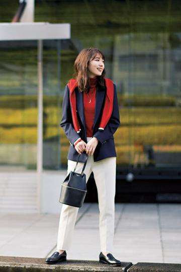 赤ニット×白パンツ×ネイビージャケット