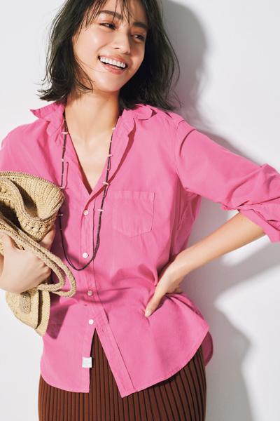 ピンクシャツ×ブラウンニットスカート