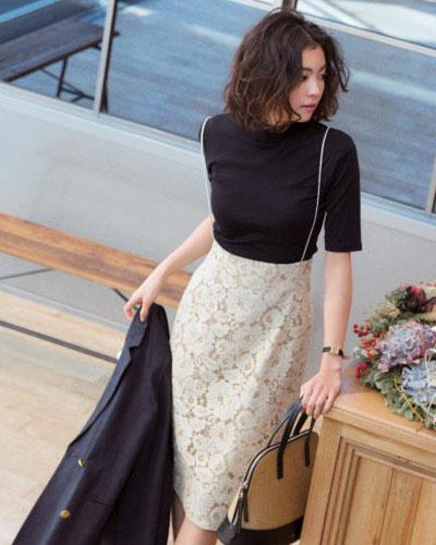 黒カットソー×ベージュレーススカート