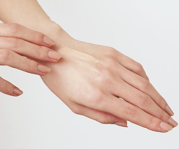 STEP6|余ったものを手の甲に薄く