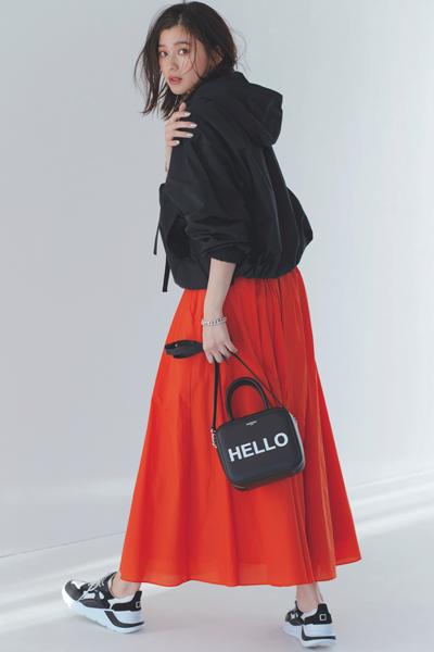 黒ブルゾン×赤フレアスカート