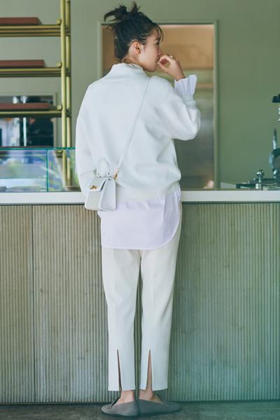 スリット入り白パンツ×白ニット×白ブラウス