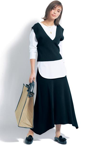 黒ニットベスト×黒スカート×白ロングカットソー