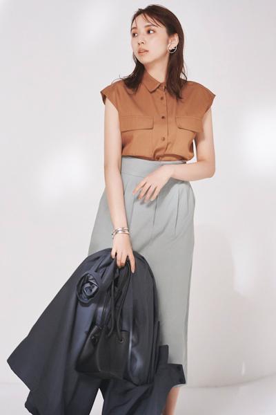 ブラウンのノースリーブシャツ×カーキスカート