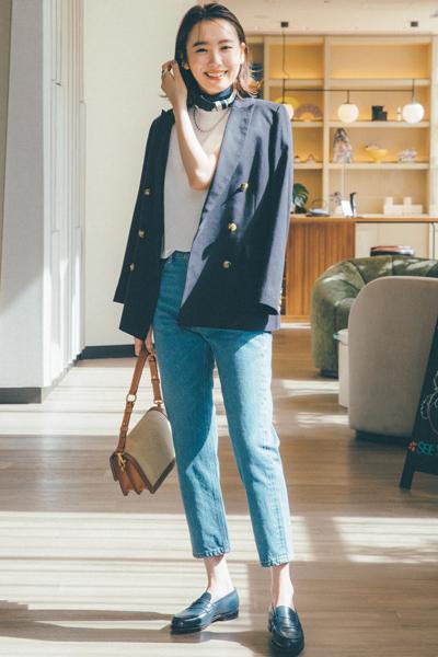 紺ジャケット×デニムの王道スタイル