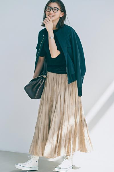 【5/31のコーデ】肌馴染みのいいサンドベージュスカートは、黒を合わせ小粋に♡