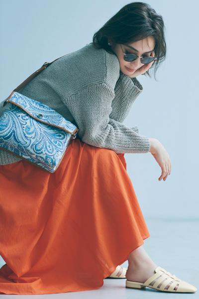 グレーニット×オレンジフレアスカート
