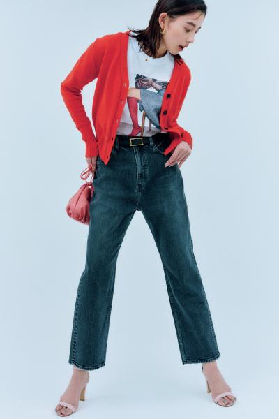 フォトTシャツ×赤カーディガン×黒デニム