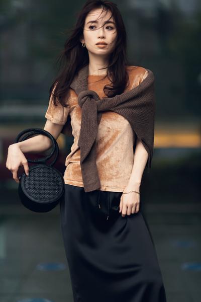 【6/1のコーデ】シンプル黒スカートを奥行きのあるコーデに仕上げるコツは…