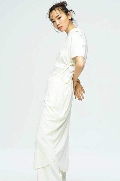 白ノースリーブワンピース×白Tシャツ×白パンツ