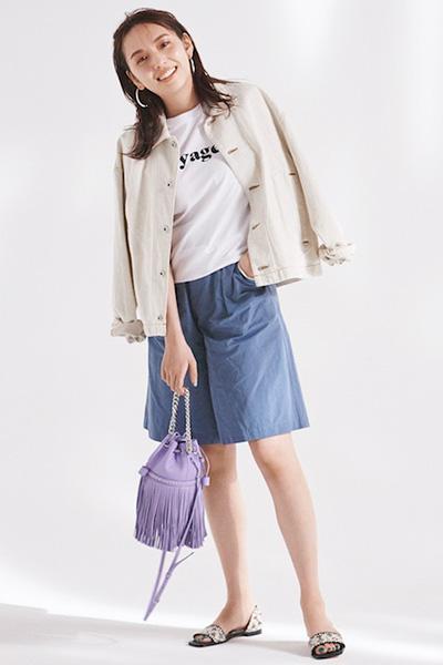 白Tシャツ×ブルーショートパンツ×白デニムジャケット