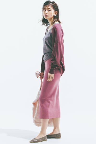 バーガンディのカーディガン×グレータンクトップ×ピンクタイトスカート