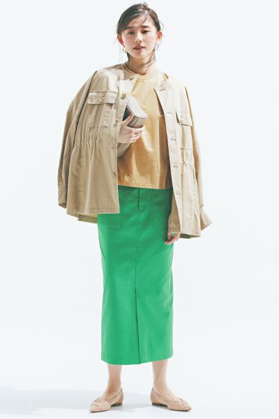グリーンタイトスカート×ベージュミリタリージャケット