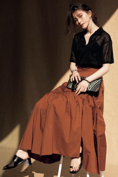 黒シアーニット×ブラウンフレアスカート