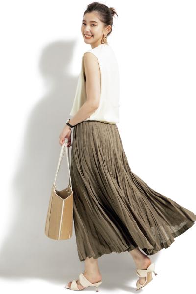 白ノースリーブニット×ベージュギャザースカート