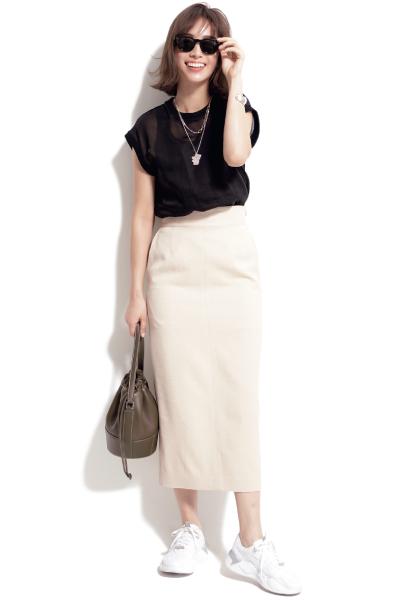 白ロングタイトスカート×黒ブラウス