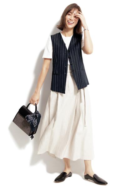 白フレアスカート×白Tシャツ×ストライプジレ
