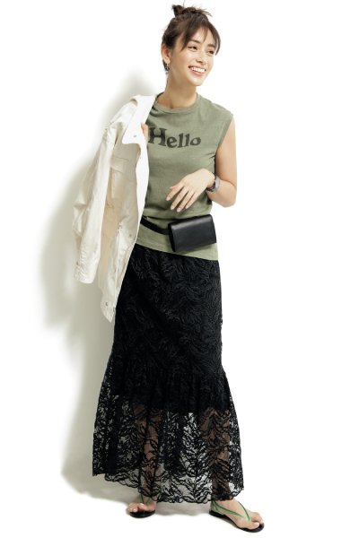 グリーンビーサン×黒レーススカート×Tシャツ