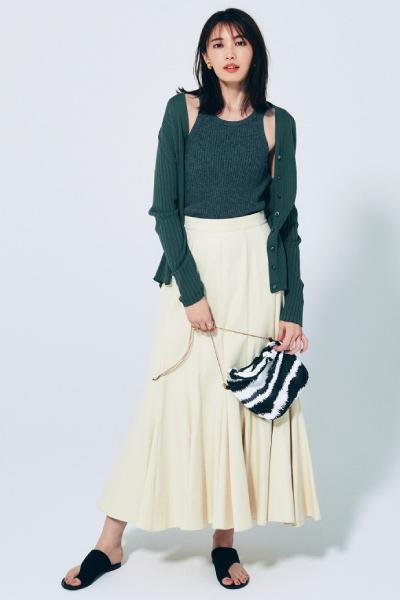 フォレストグリーンのカーディガン×タンクトップ×白マキシスカート