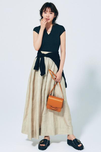 黒サンダル×黒トップス×ベージュマキシスカート