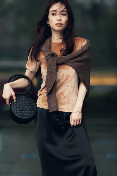 黒タイトスカート×ベージュベロアTシャツ×ブラウンニット